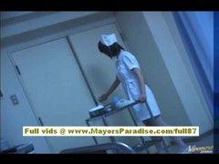 Krankenschwester nuckelt am Lümmel